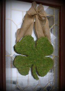 Photo de Trèfle de bienvenue pour la Saint-Patrick sur une porte sur Swanee Rose Le Blog