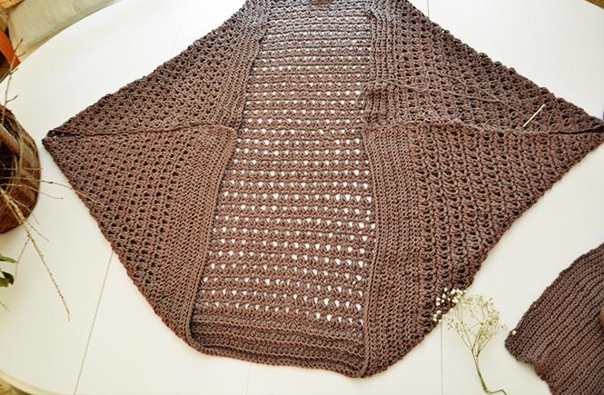 Photo du pliage du rectangle principal pour veste au crochet sur Swanne Rose Le Blog