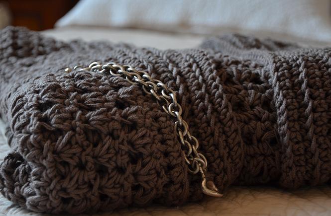 Gros plan sur une veste au crochet sur Swanee Rose Le Blog