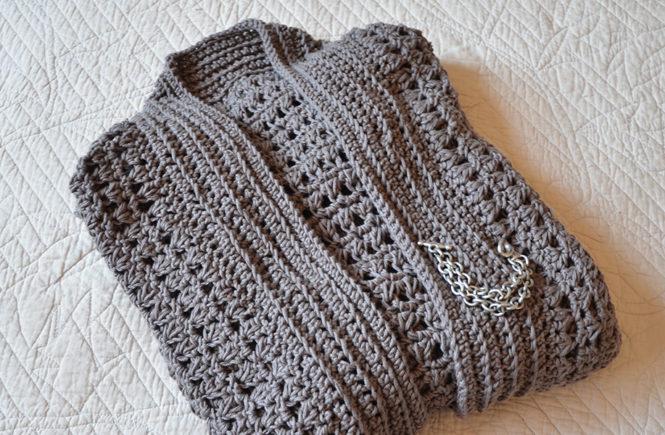 Photo d'une veste en coton pliée couleur taupe sur Swanee Rose Le Blog