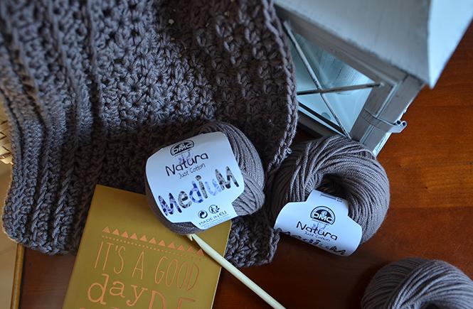 Photo de pelotes de coton DMC avec un crochet sur Swanee Rose Le Blog