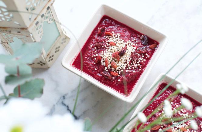 Photo de smoothie bowl rouge à la betterave sur Swanee Rose Le Blog