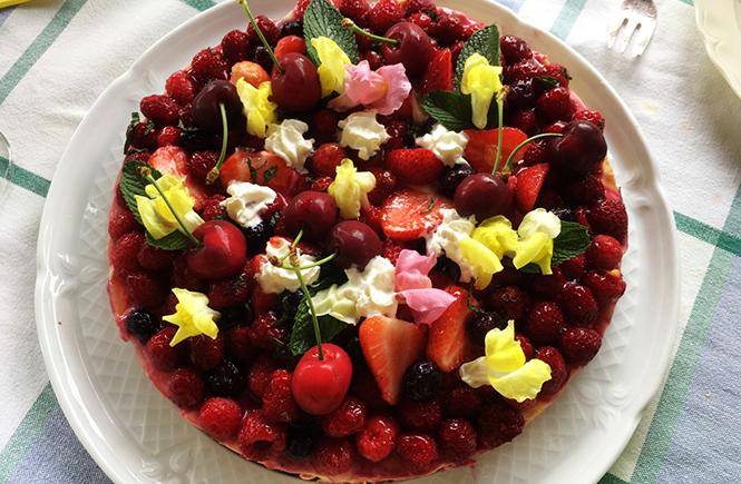 Tarte aux fruits rouges et fleurs fraîches sur Swanee Rose Le Blog