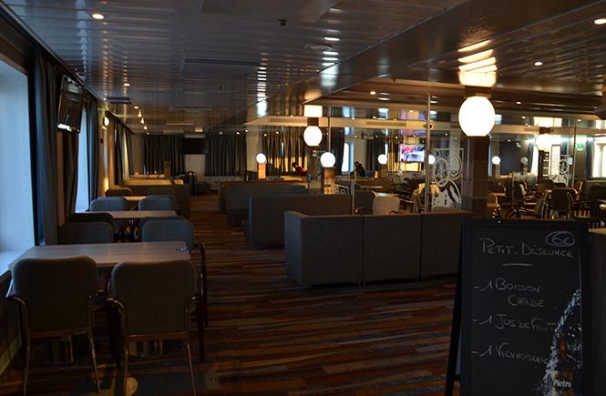 Bar du ferry tôt le matin encore vide