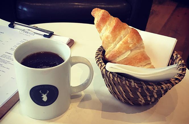 Café et croissant sur une coffee table à L'Eternisula Café à Zonza Corse du Sud