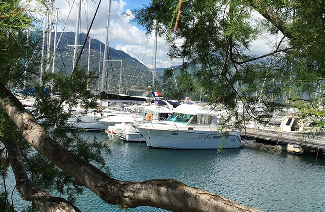 Bateaux au mouillage dans la marina de Propriano Corse du Sud