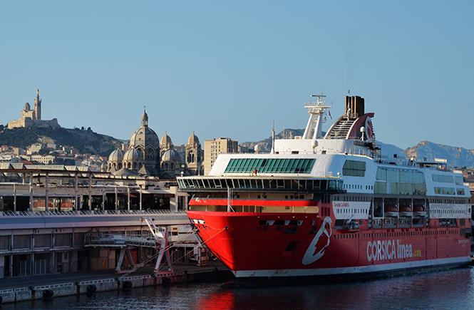 Docks de Marseille avec la Bonne Mère et la Major en fond