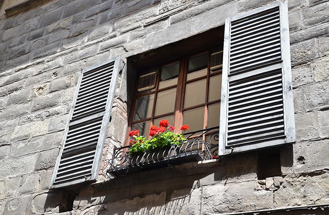 Géraniums à la fenêtre à Bergame en Italie