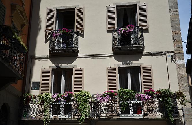 Fleurs-à-la-fenêtre-à-Bergame-en-Italie