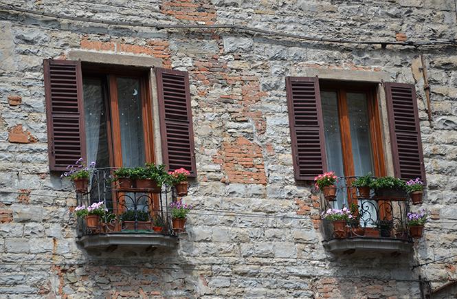 Fleurs à la fenêtre à Bergame en Italie