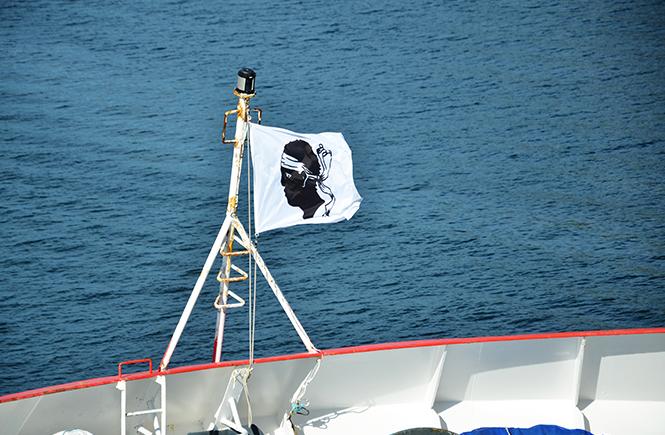 Pavillon corse flottant à l'avant du ferry Paglia Orba