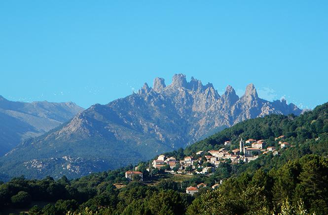 Village de Zonza au pied des aiguilles de Bavella en Corse du Sud