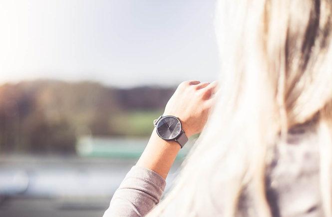 Photo d'une jeune femme qui regarde sa montre sur Swanee Rose Le Blog