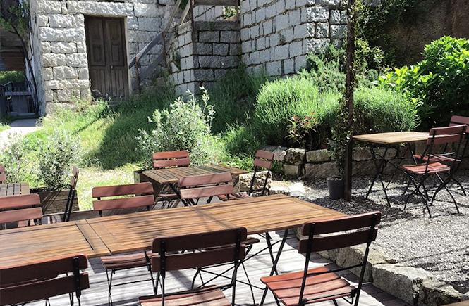 Terrasse à l'ombre à l'Eternisuala Café à Zonza Corse du Sud