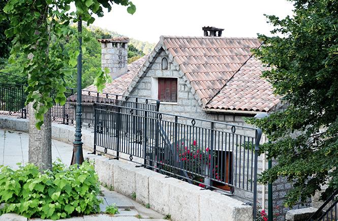 Sur la place de l'Eglise Zonza Corse
