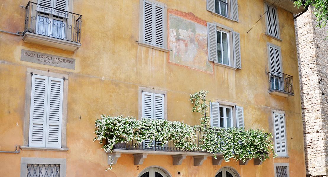 Fleurs au balcon sur une place de la Ville haute de Bergame en Italie