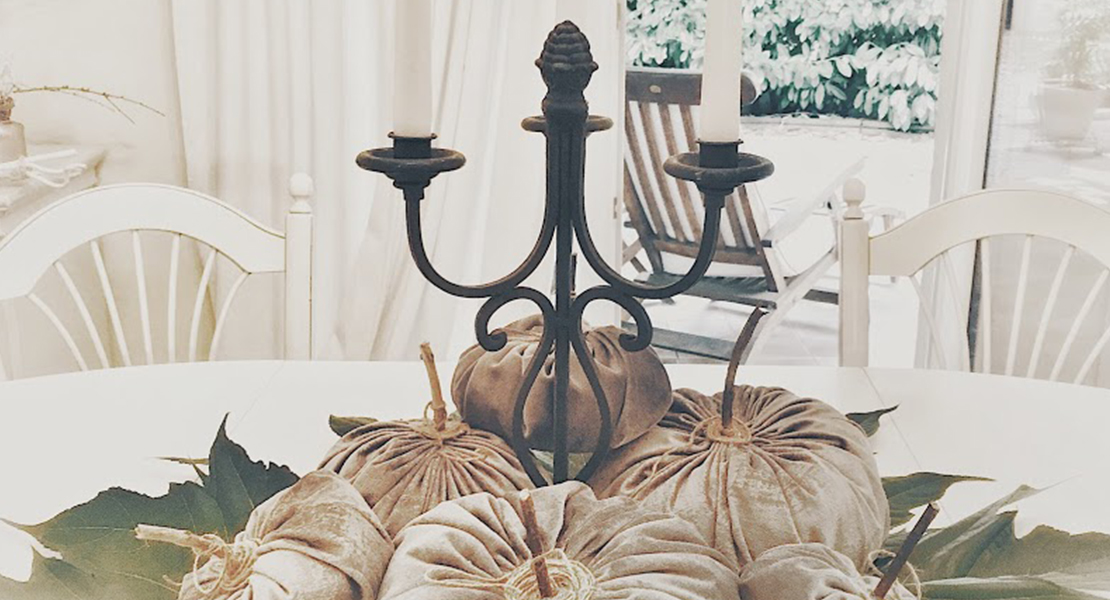 Féerique centre de table avec citrouilles en velours sur Swanee Rose Le Blog