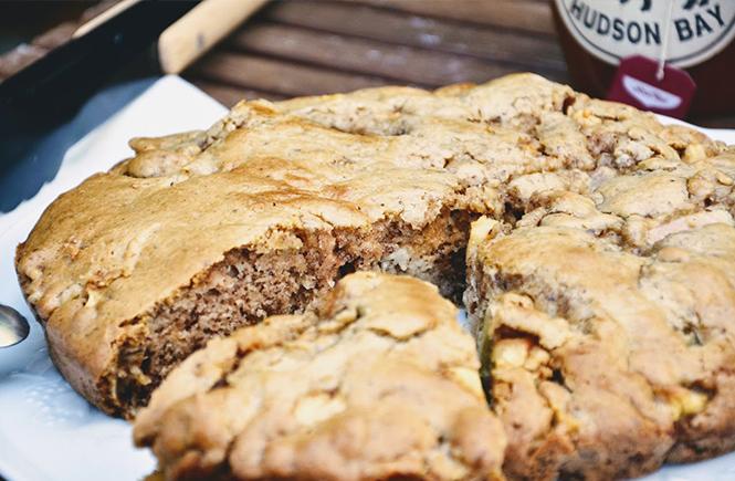 Gâteau moelleux pommes et rhubarbe sur Swanee Rose Le Blog